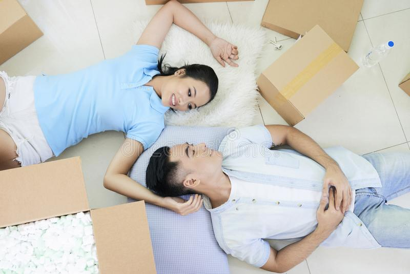 在地板上的浪漫夫妇在箱子中 免版税库存照片