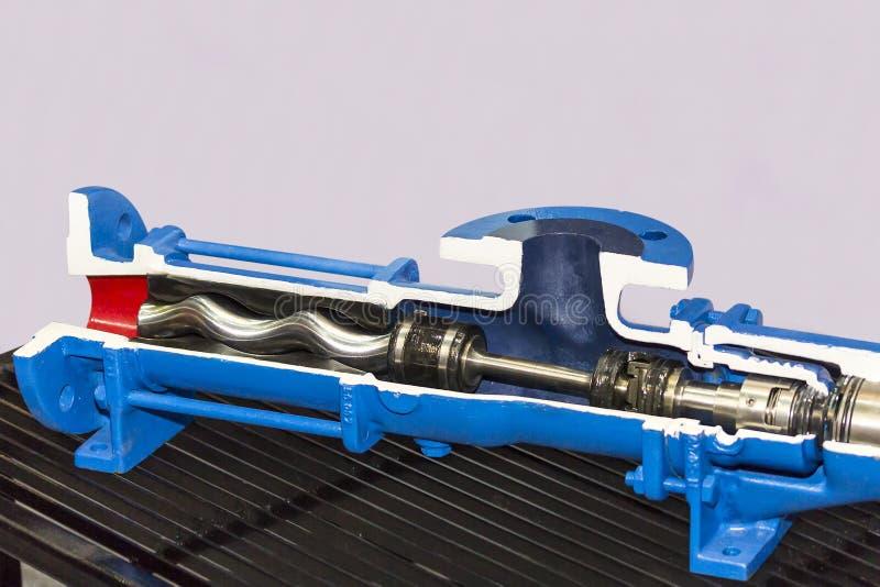 在垂直的高压泵浦里面的接近的短剖面细节工业的在与拷贝空间的桌上 免版税库存图片
