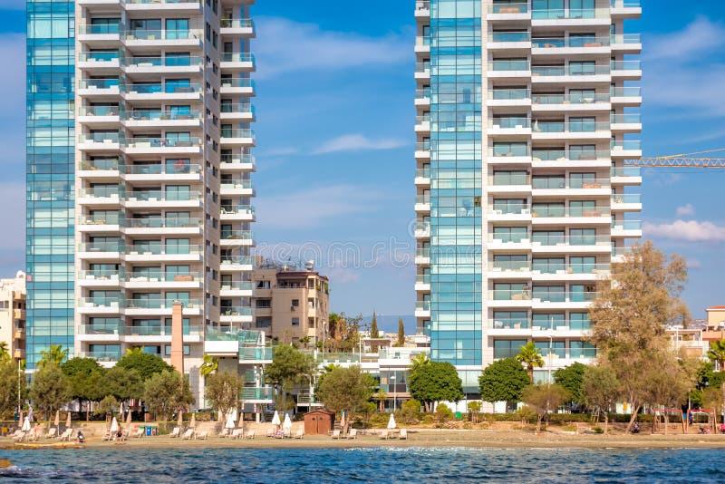 在利马索尔沿海岸区散步的现代住宅建筑学 塞浦路斯 图库摄影
