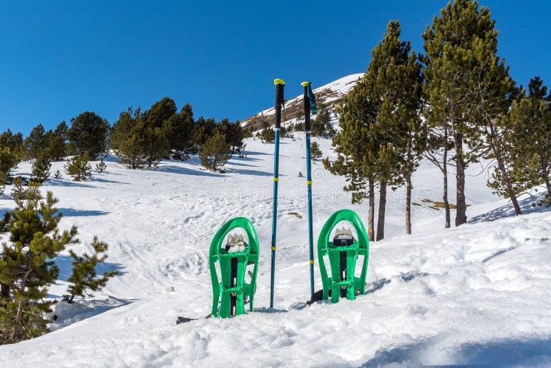 在冬天足迹的Snowshoeing在难以置信的好日子在冬天在比利牛斯在安道尔 免版税库存照片