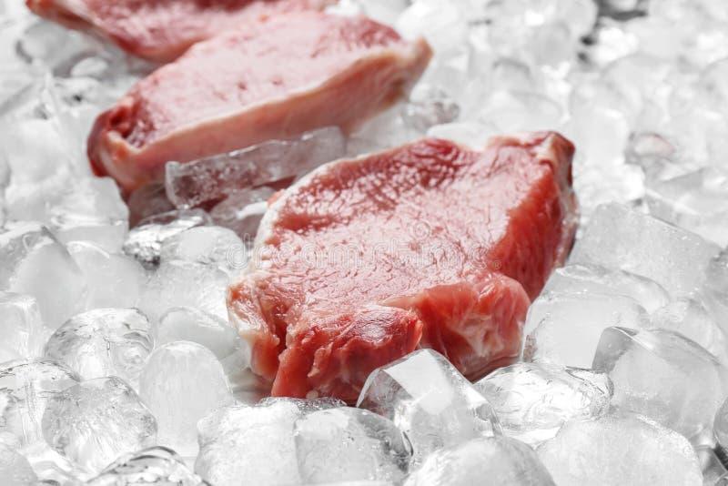 在冰块的新鲜的生肉 免版税库存照片