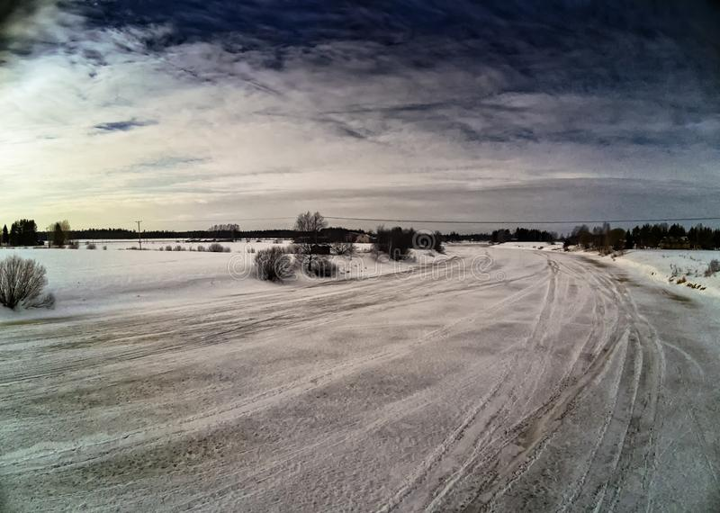 在冰冷的河的剧烈的天空 免版税库存照片