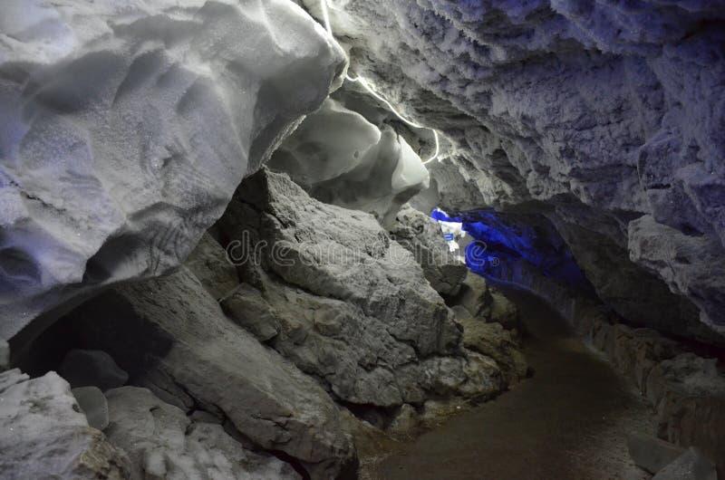 在冰洞的被阐明的段落在昆古尔,俄罗斯 免版税库存图片