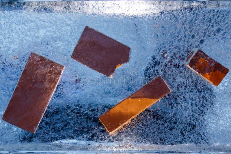 在冰里面的兵马俑砖在节日在叶尔加瓦,拉脱维亚在2019年2月9日 免版税图库摄影