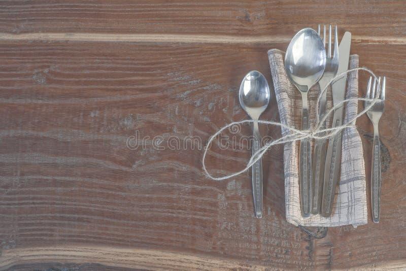 在减速火箭的桌上设置的老餐具 免版税库存照片