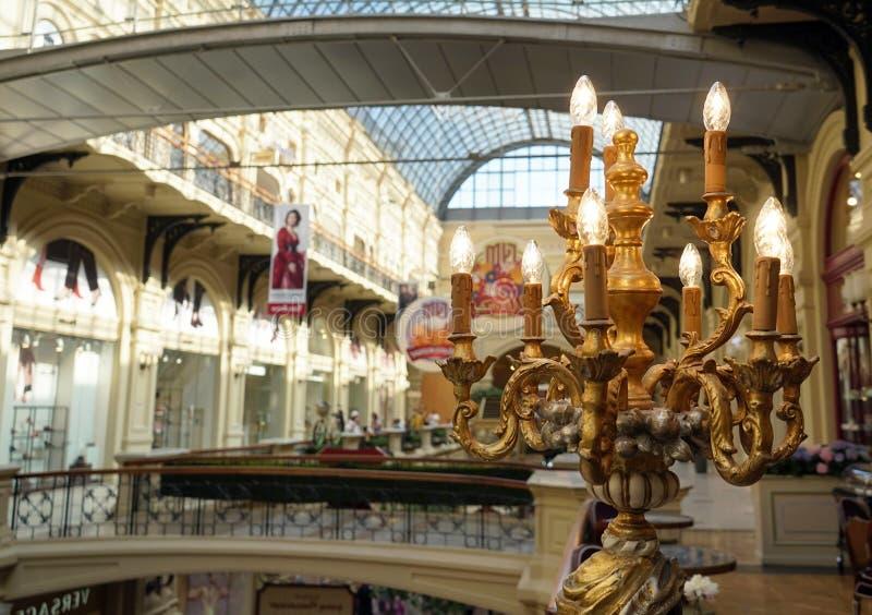 在商店内部的镀金的电烛台 库存图片