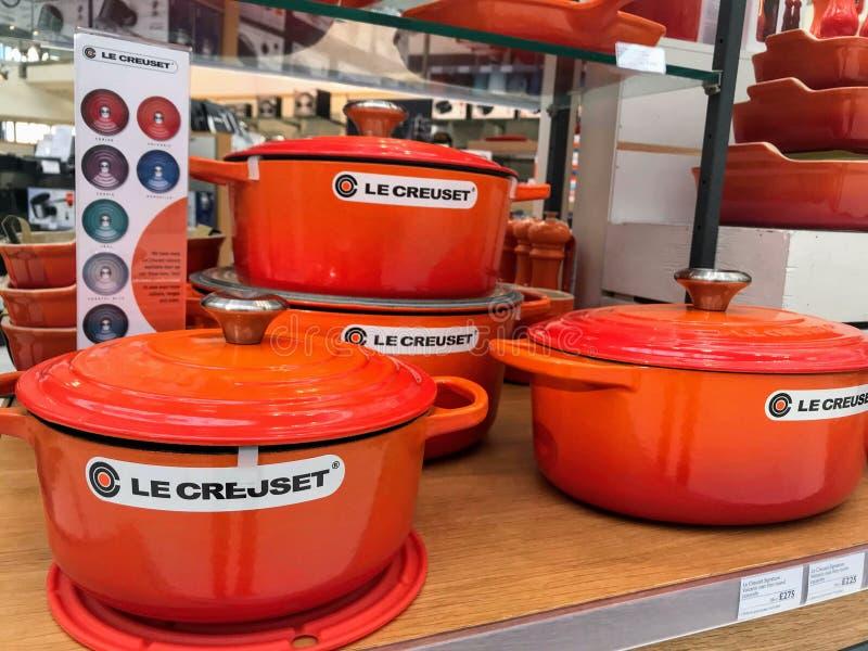 在商店显示的Le creuset罐 库存照片