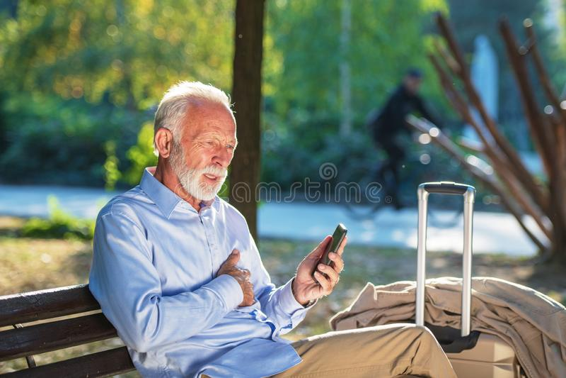 在公园严重心伤的健康年长概念老人心搏停止心脏攻击 免版税库存照片