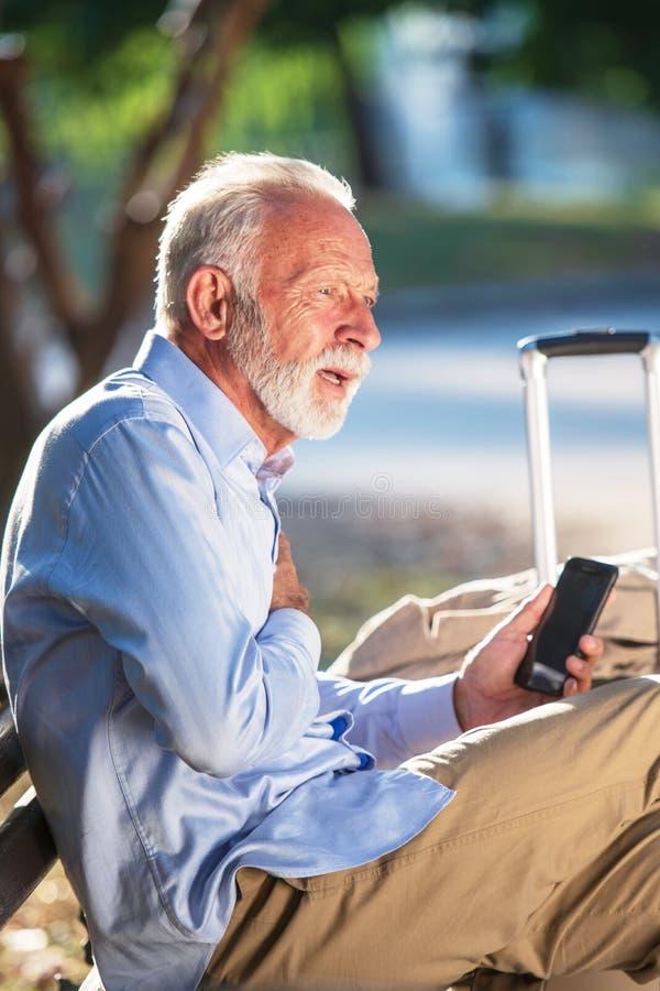 在公园严重心伤的健康年长概念老人心搏停止心脏攻击 库存图片