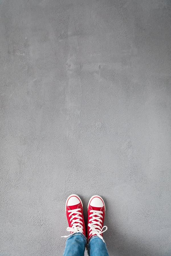 在具体背景的脚 免版税库存图片