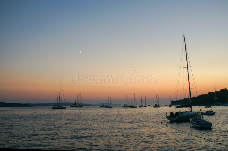 在克罗地亚海滩的日落 库存图片