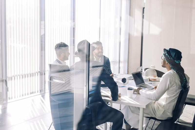 在候选会议地点视图的商人通过玻璃 事务和企业精神 免版税库存图片