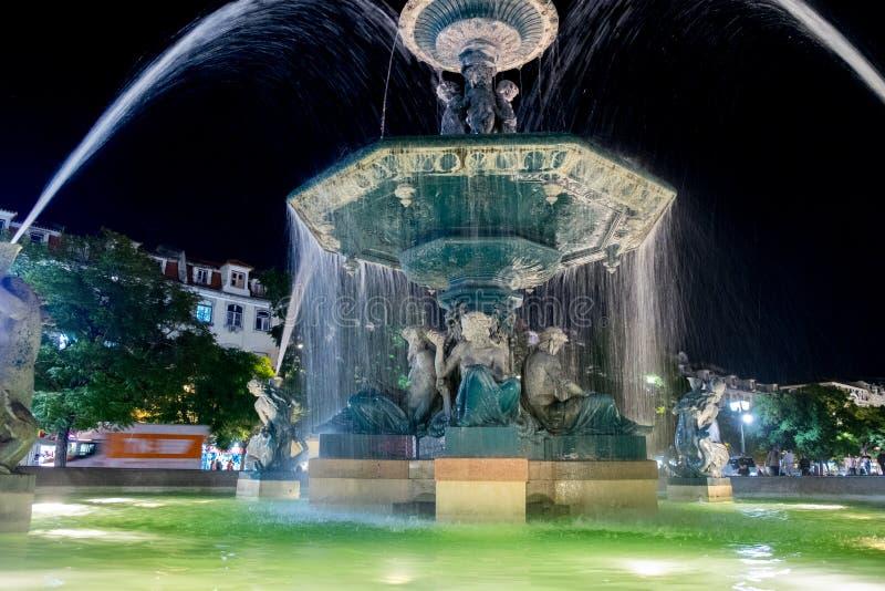 在唐佩德罗IV正方形的喷泉在夜间的里斯本 库存照片