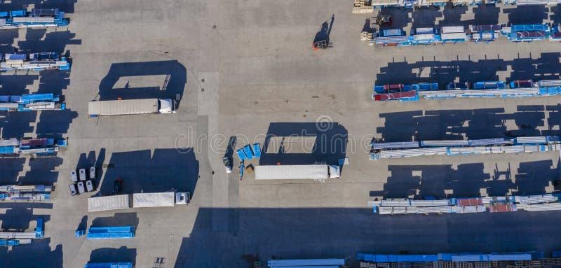 在板台的装载的箱子有在货箱,仓库在卸载的民工队的铲车的与铲车loade一起使用 通风 免版税图库摄影