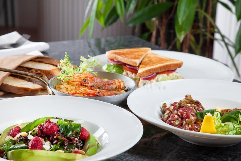 在桌上的接近的看法与大量食物 欧洲和中东烹调 免版税库存照片