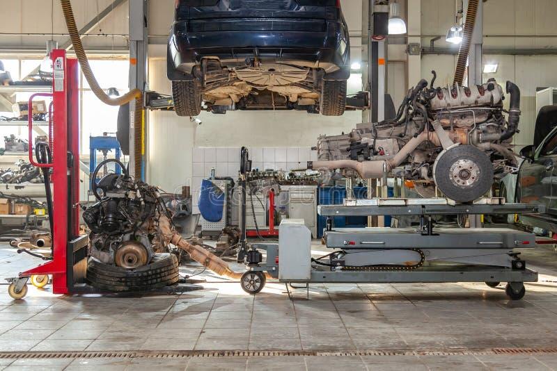 在桌上的替换引擎登上用于设施在汽车在故障和修理以后在汽车修理车间作为a 免版税图库摄影