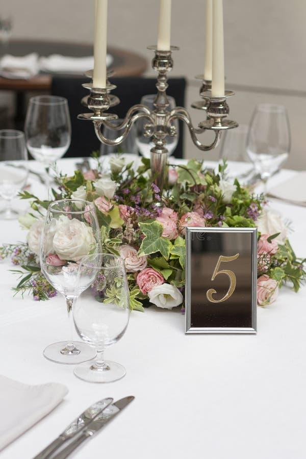 在桌上的美好的植物布置在婚礼那天 免版税库存照片