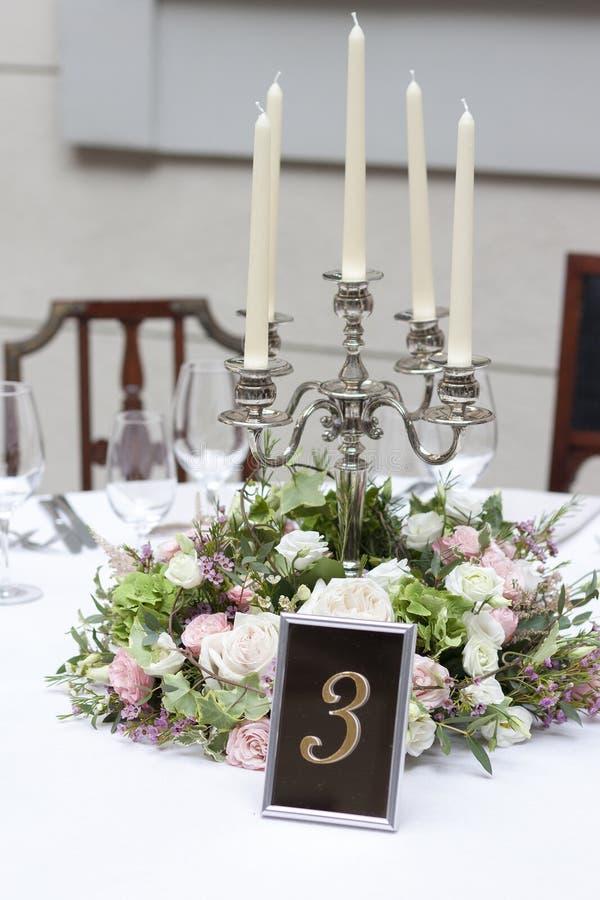 在桌上的美好的植物布置在婚礼那天 库存图片