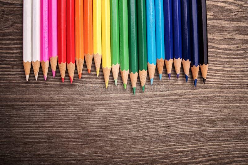 在桌上的色的铅笔 免版税图库摄影