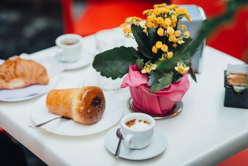 在桌上的那不勒斯的早餐 免版税库存照片