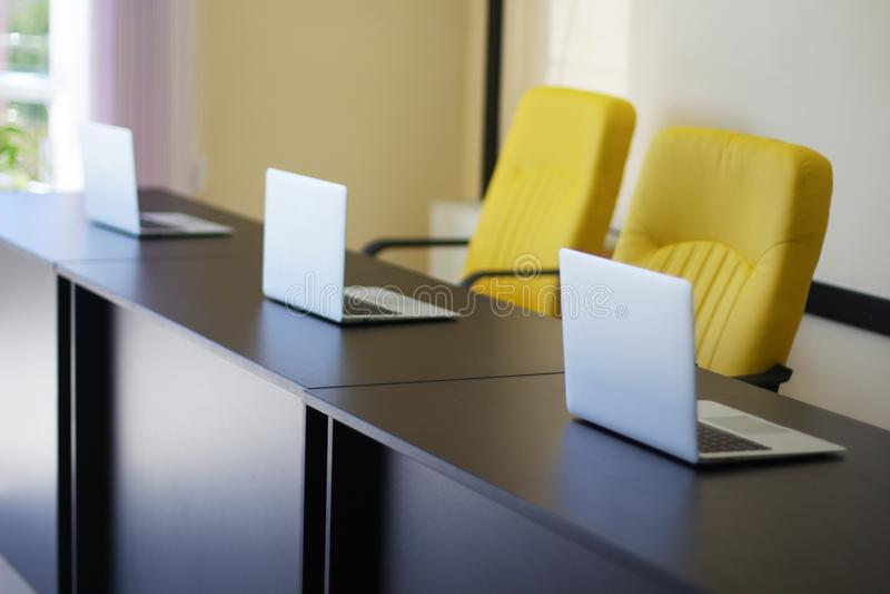 在桌上的银色计算机在办公室 库存照片