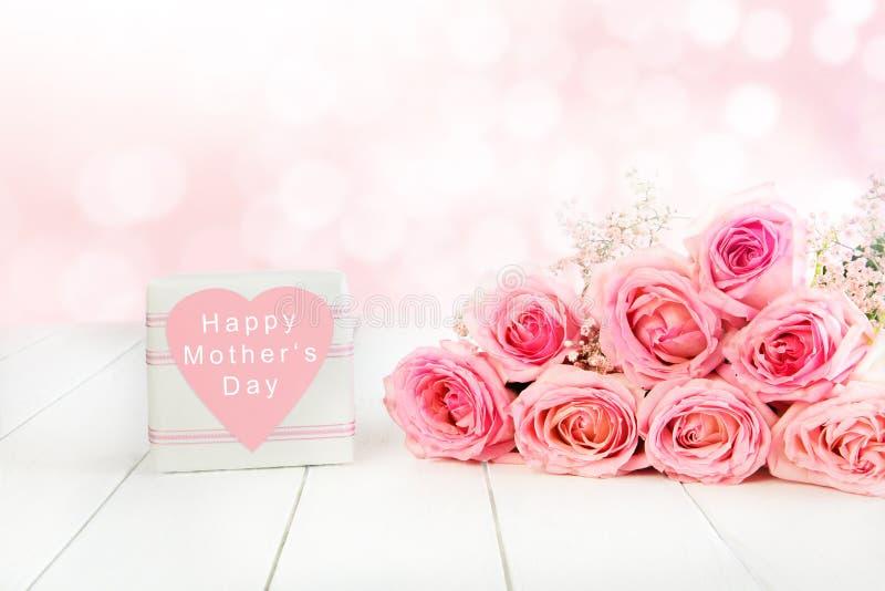 在桃红色的罗斯花束为与礼物盒的母亲节 库存照片