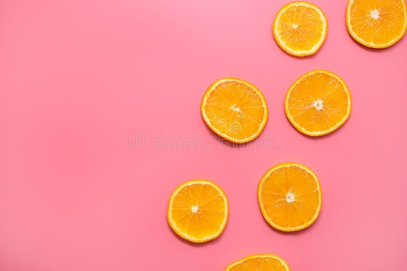 在桃红色背景的橙色切片 在桃红色背景的新橙色切片果子样式 免版税图库摄影