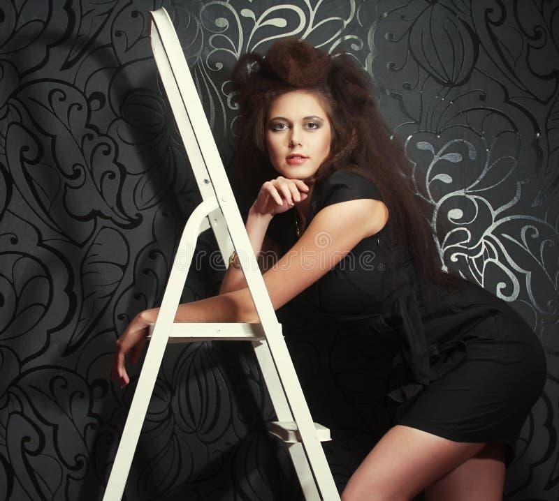 在梯子的时装模特儿 免版税库存图片