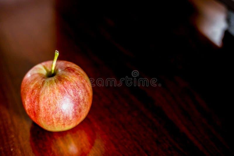 在棕色木的苹果 免版税库存照片