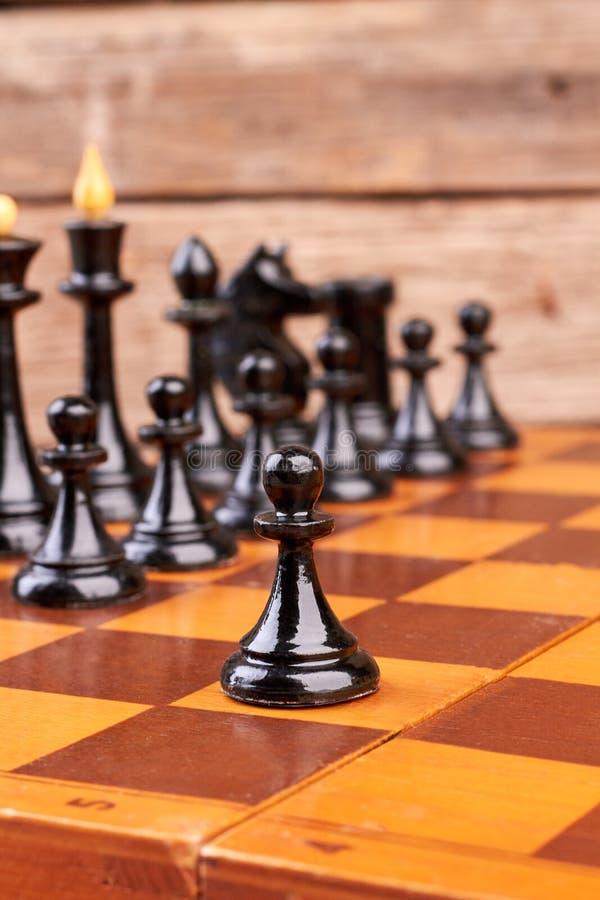 在棋盘的黑棋子 免版税库存照片
