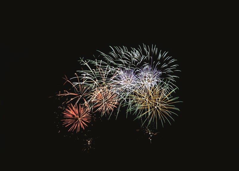 在欢乐庆祝的五颜六色的烟花爆炸 库存图片