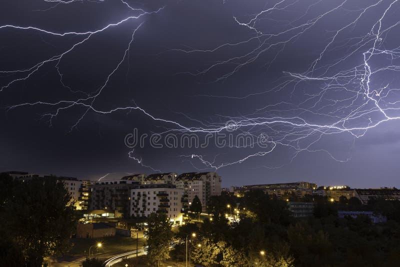 在欧洲城市的剧烈的闪电风暴 免版税库存图片