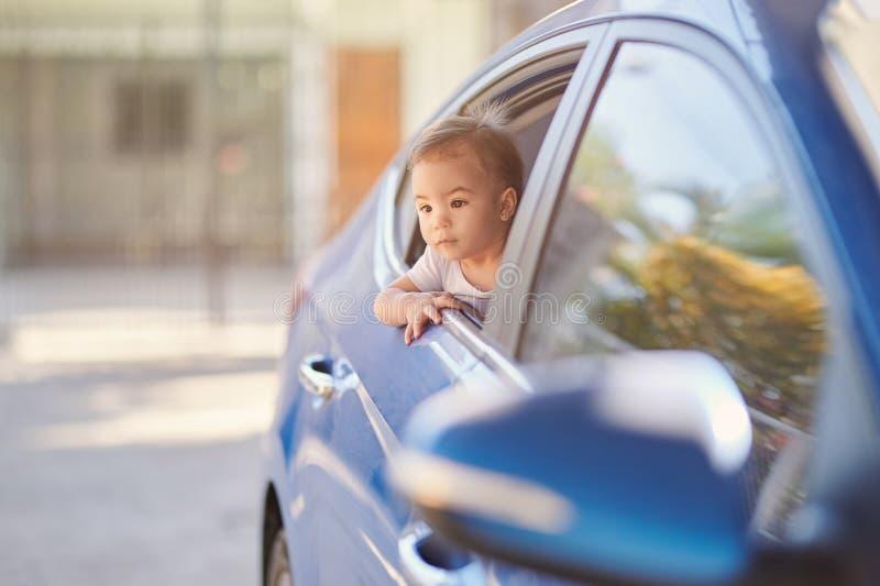 在汽车的女婴旅行 免版税库存照片