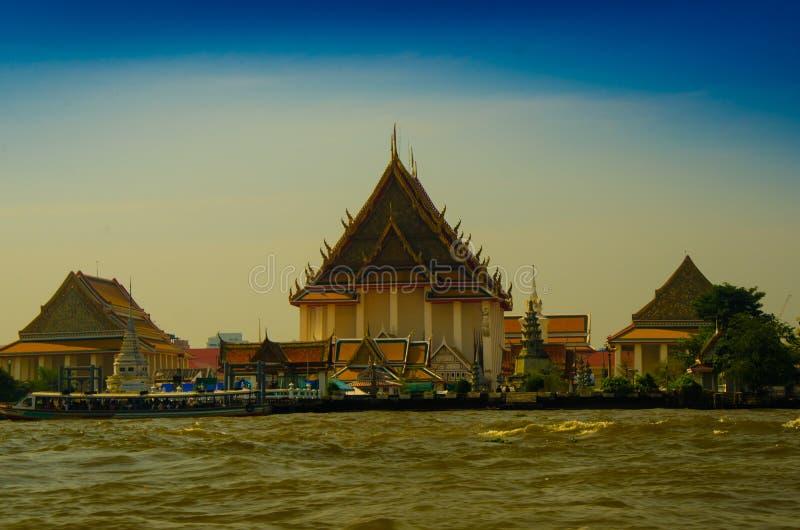 在河一边的巨大的塔和王宫复合体 免版税库存图片