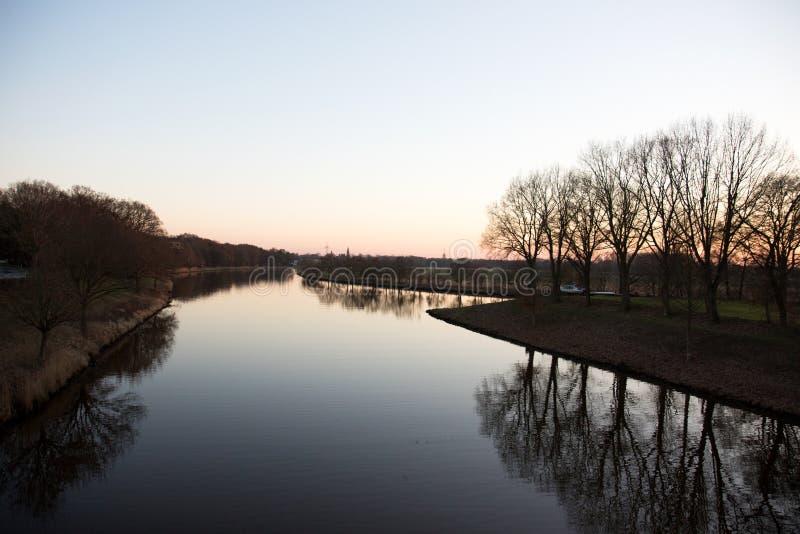 在河和一个小的海岛的看法fresenburg emsland的德国 免版税库存图片