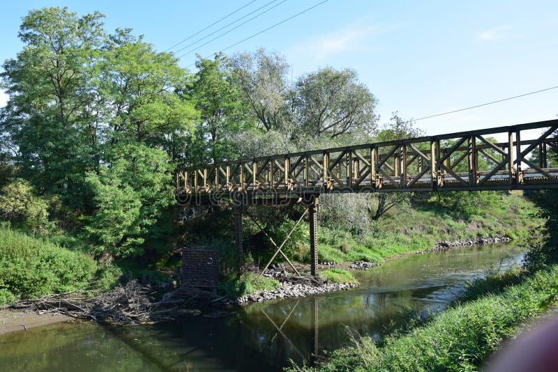 在河的桥梁夏天五颜六色的风景照片的 免版税库存照片