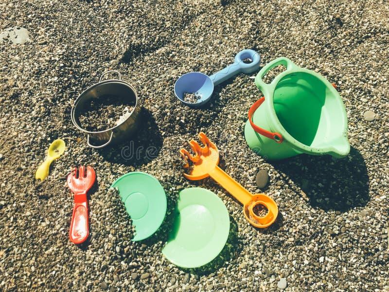 在沙子的玩具在海滩 免版税图库摄影