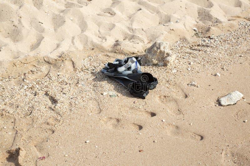 在沙滩,侧视图的潜航的设备 免版税库存图片
