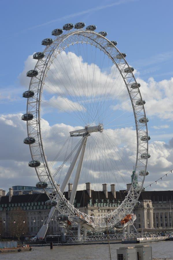 在泰晤士附近的可口可乐伦敦眼在伦敦英国 免版税库存照片
