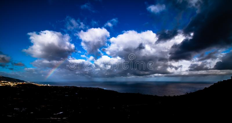 在海岸的壮观的多云天空从特内里费岛 免版税库存图片