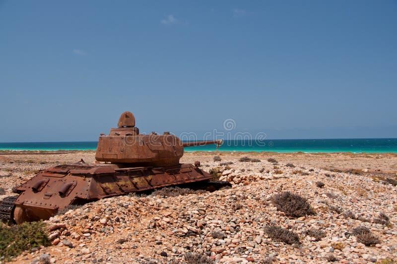 在海岛的岸的被放弃的老生锈的坦克 索科特拉岛 也门 库存照片