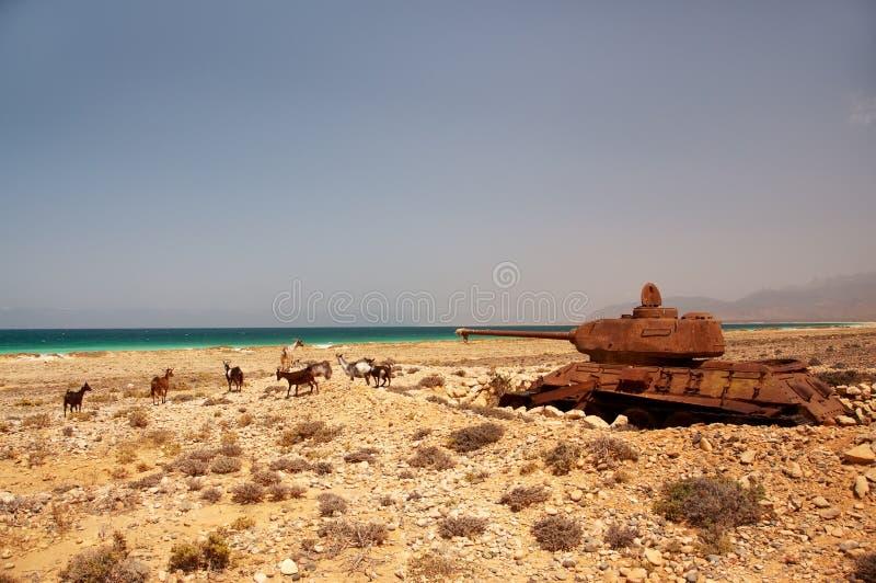 在海岛的岸的被放弃的老生锈的坦克 库存图片