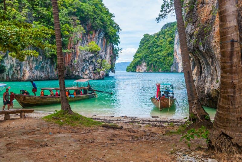 在海岛,甲米府之间的小船 免版税图库摄影