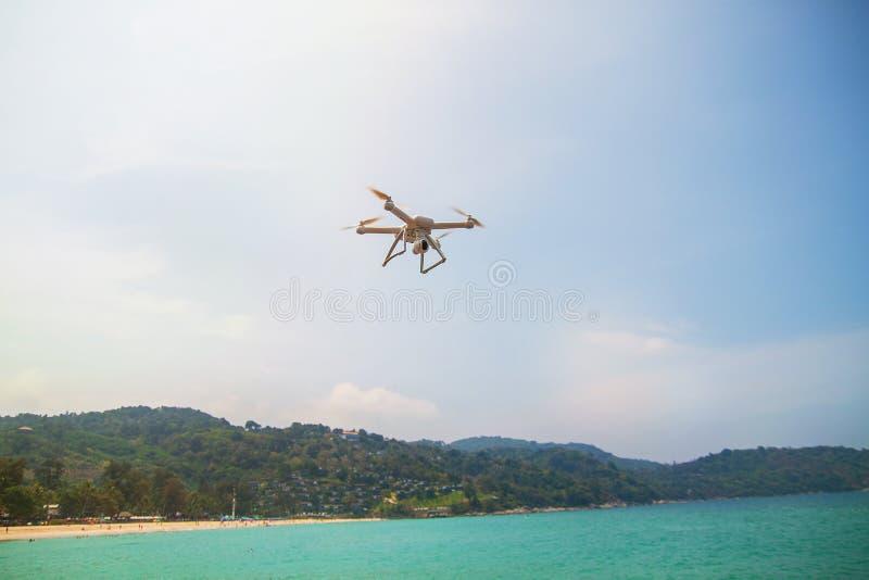 在海和飞行的寄生虫的美丽的景色 库存照片