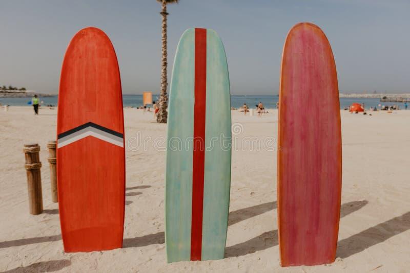 在海滩地方的冲浪板 库存图片