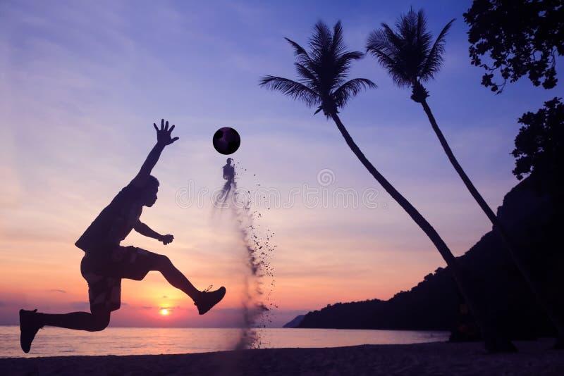 在海滩的亚洲人戏剧足球日出清早 库存图片