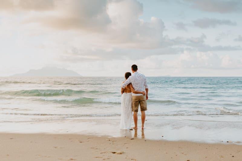 在海滩的婚姻的夫妇旅行在热带 库存图片
