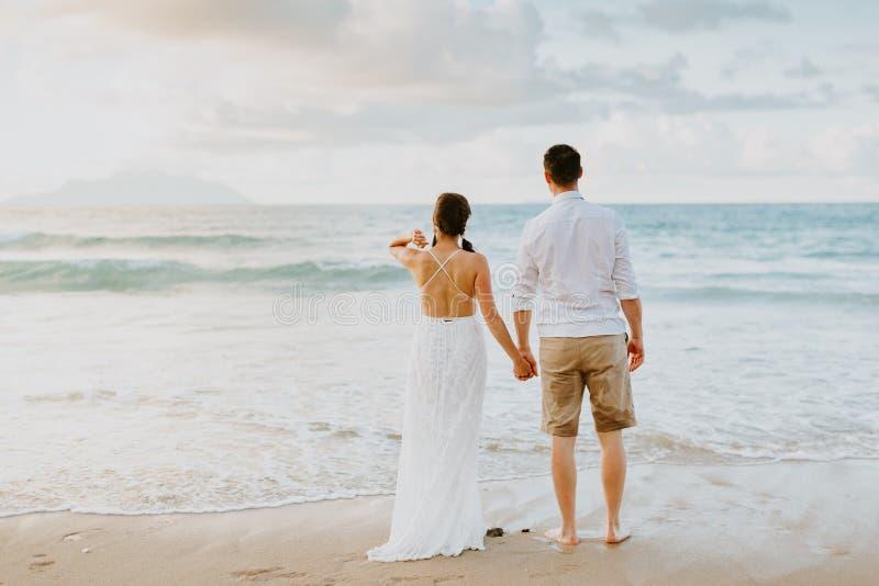 在海滩的婚姻的夫妇旅行在热带 库存照片