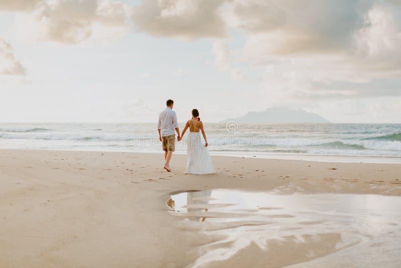 在海滩的婚姻的夫妇旅行在热带 免版税图库摄影