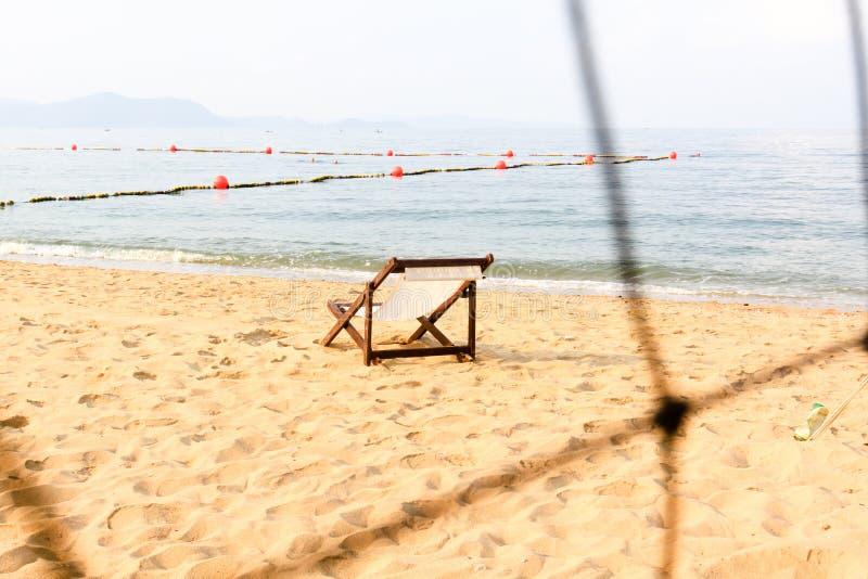 在海滩的空的空间椅子装饰 图库摄影